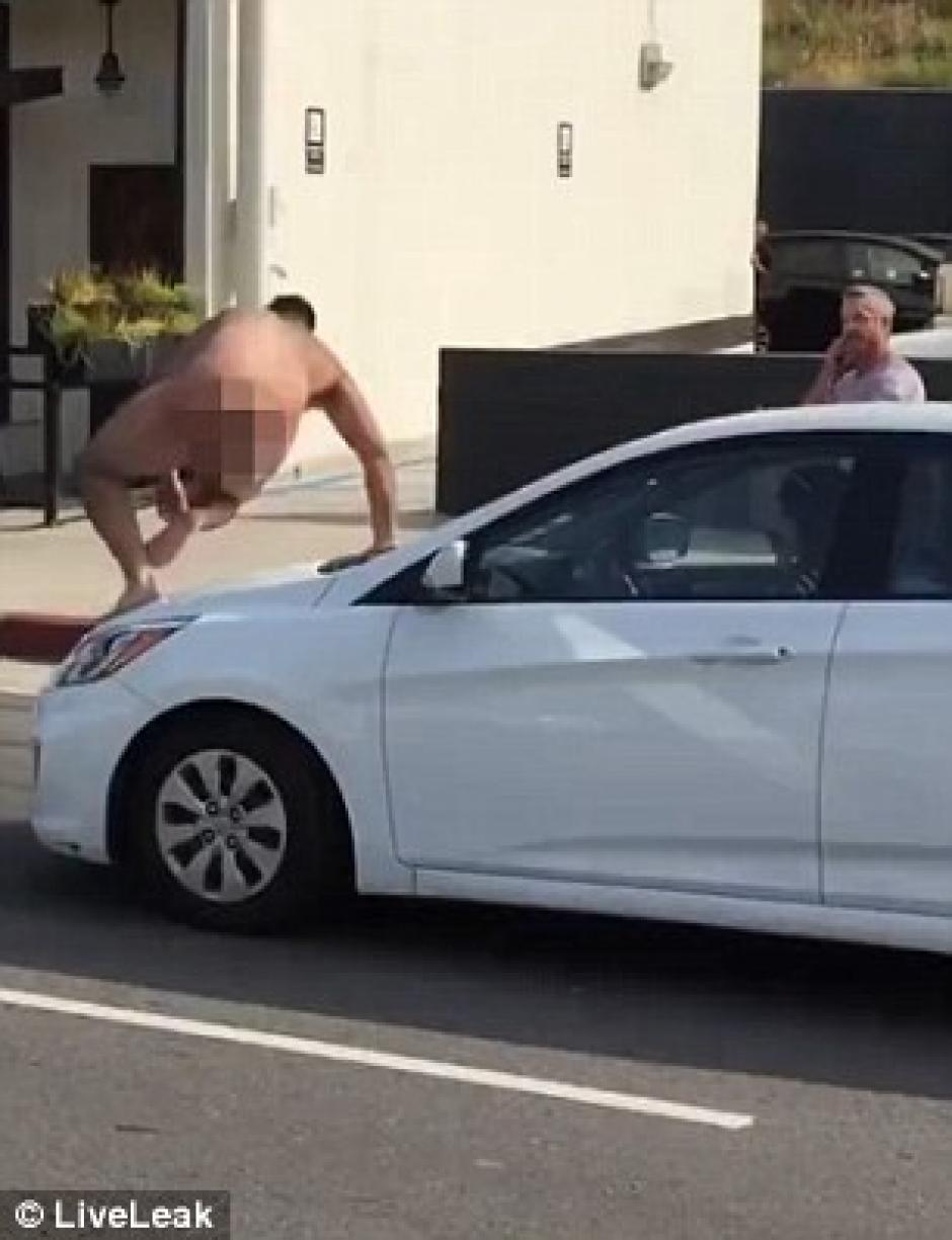 El hombre termina recostado sobre el parabrisas. (Foto: Captura de Pantalla/dailymail.co.uk)