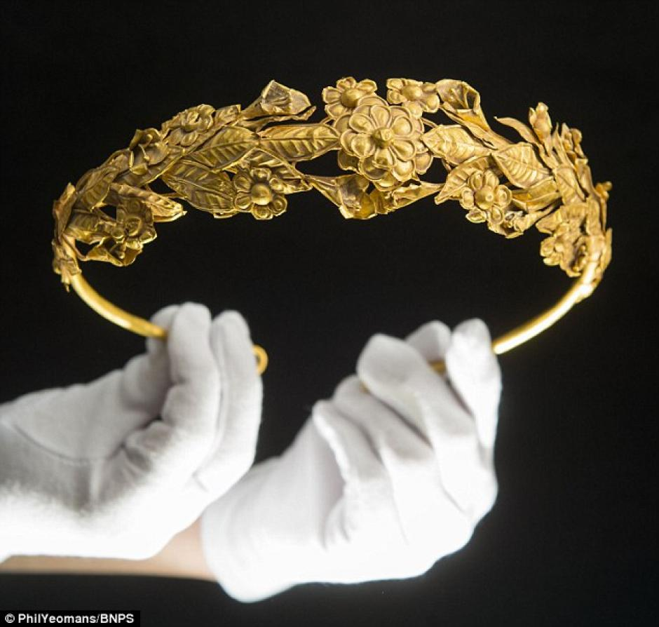 La corona pudo haber estado guardada por décadas  (Foto: Daily Mail)