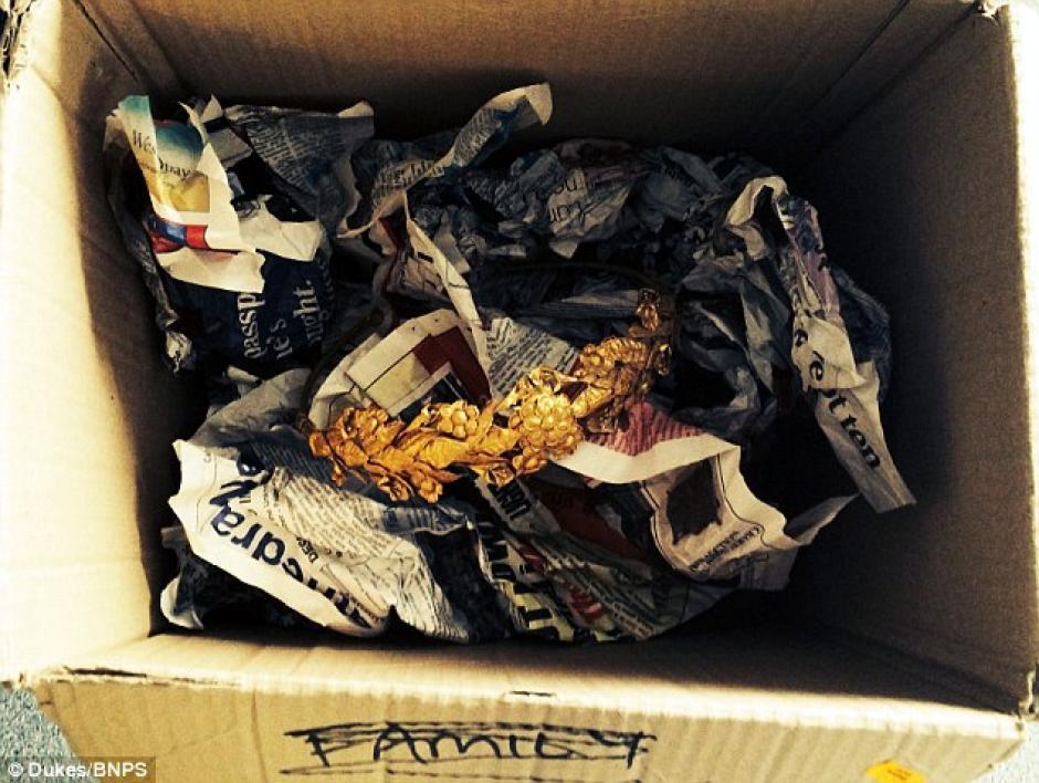 Mientras revisaba viejas cajas en su habitación, halló por casualidad una corona de la Antigua Grecia.  (Foto: Daily Mail)