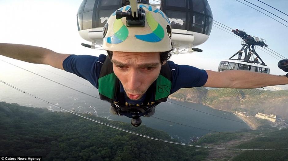 Atravesó una delgada cuerda a 396 metros de altura sobre la boca de la bahía de Guanabara. (Foto: Daily Mail)