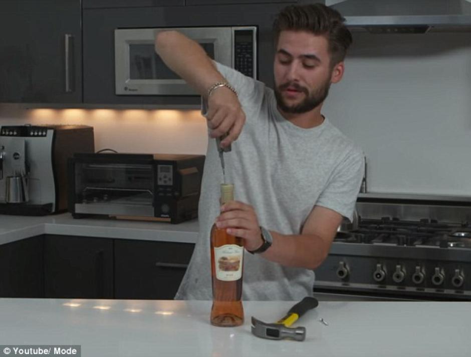 Abrir la botella sin necesidad de sacacorchos. (Foto: dailymail.co.uk)