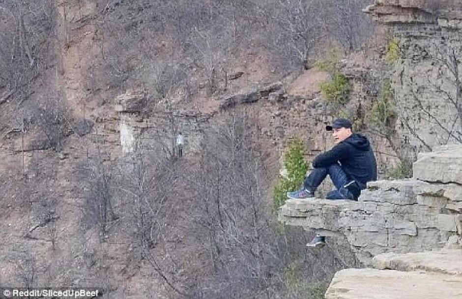 Un hombre descubrió una extraña figura en una fotografía que registró una visita a Ontario. (Foto: dailymail.co.uk)
