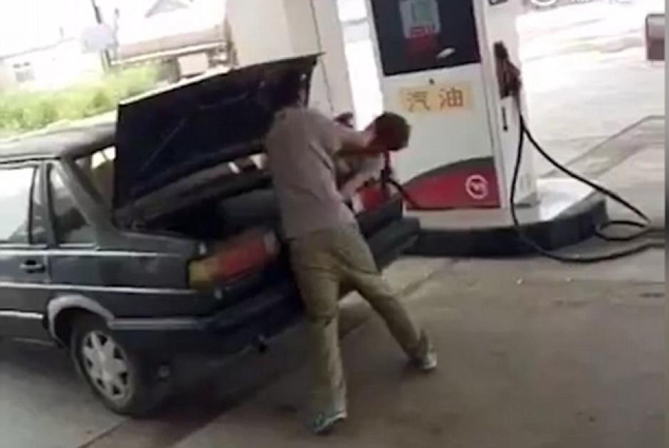 En la imagen se observa como el hombre golpea con la portezuela la cabeza de la fémina. (Foto: Dailymail)