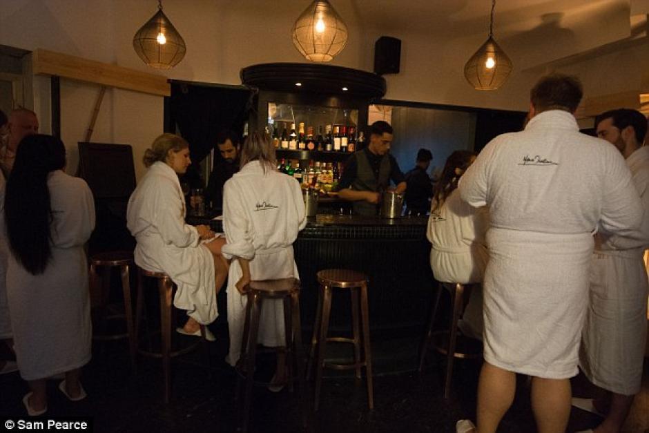 Todos los comensales reciben una bata para estar en el bar y al llegar al restaurante deciden si quieren quitárselo o no. (Foto: Daily Mail)