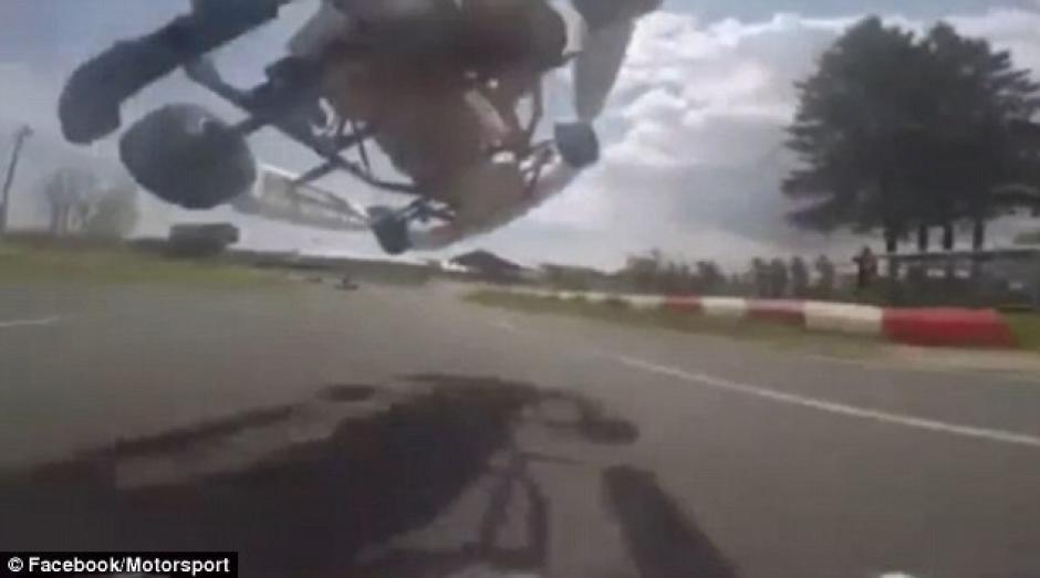El piloto hace una maniobra arriesgada por el exceso de velocidad. (Captura de pantalla: Motorsport /Facebook)