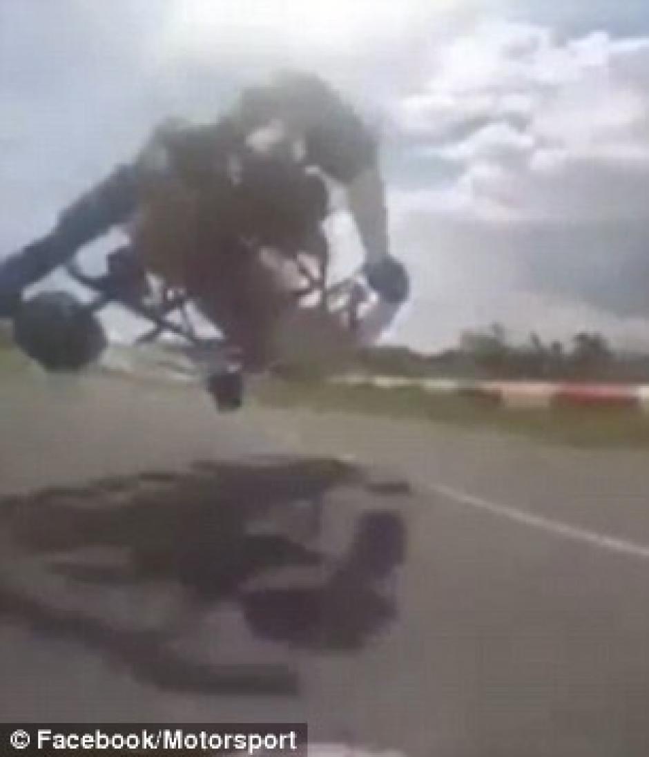 El piloto manejaba a exceso de velocidad y perdió el control del vehículo. (Captura de pantalla: Motorsport /Facebook)