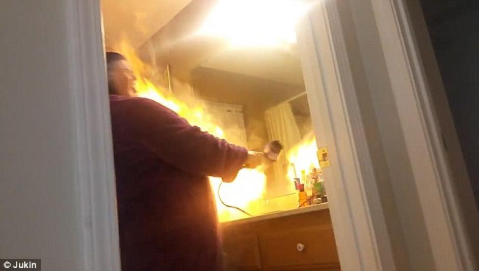 La mujer se incendió el rostro y el cabello gracias a la broma de su esposo. (Foto: dailymail.co.uk)