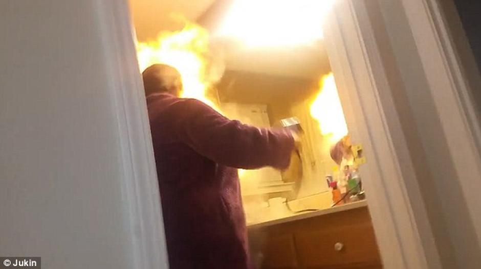 La familia reaccionó de inmediato al ver las llamas. (Foto: dailymail.co.uk)