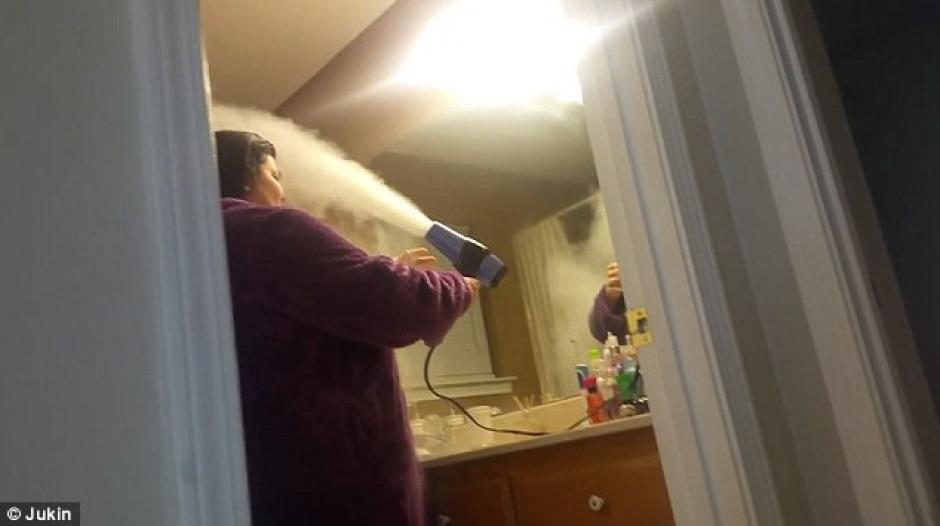 Todo comenzó con una inocente broma que fusionaba talco para bebés con una secadora de cabello. (Foto: dailymail.co.uk)