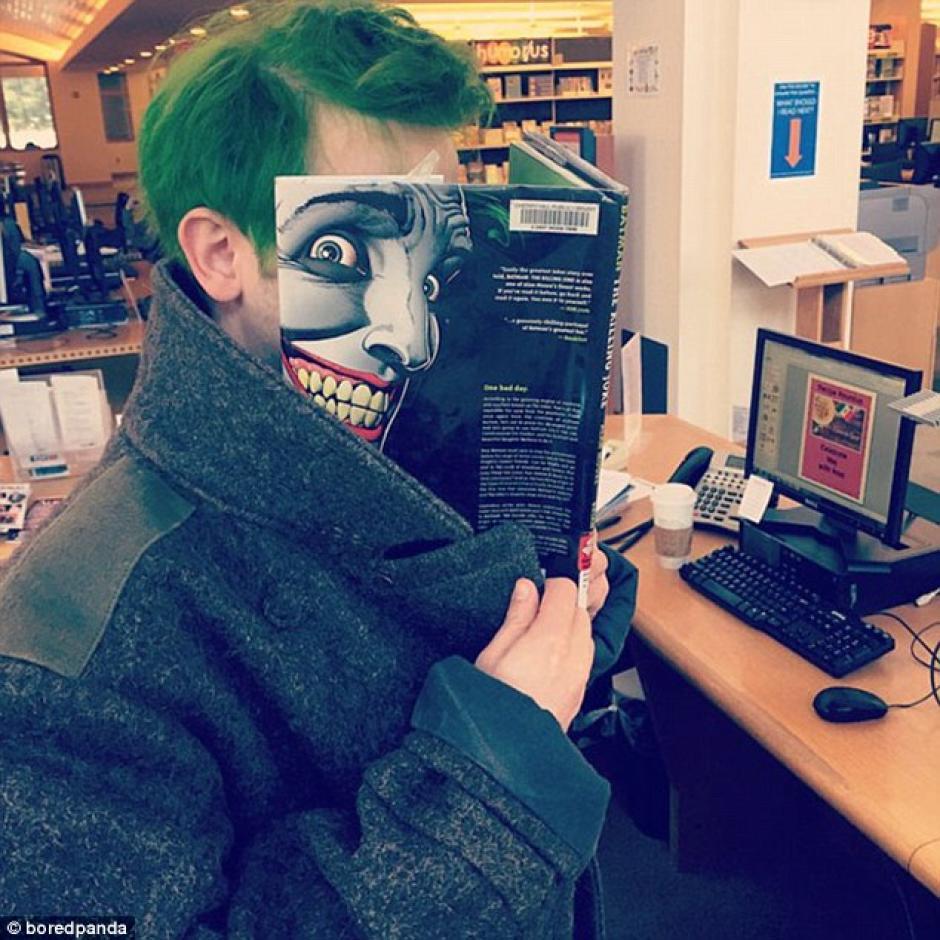 Un hombre de pelo verde encontró la portada perfecta. (Foto: dailymail.co.uk)