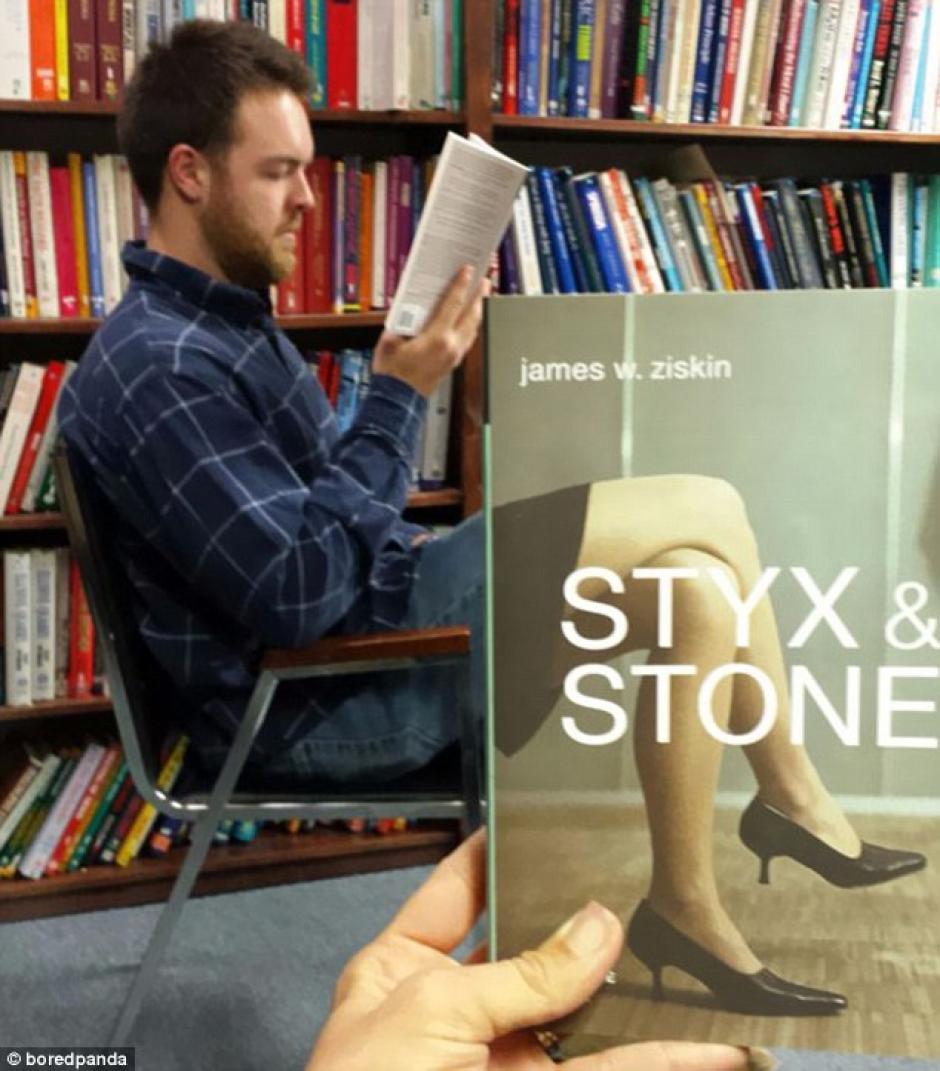 El hombre solo visitaba la biblioteca, no tenia idea de lo que pasaba (Foto: dailymail.co.uk)