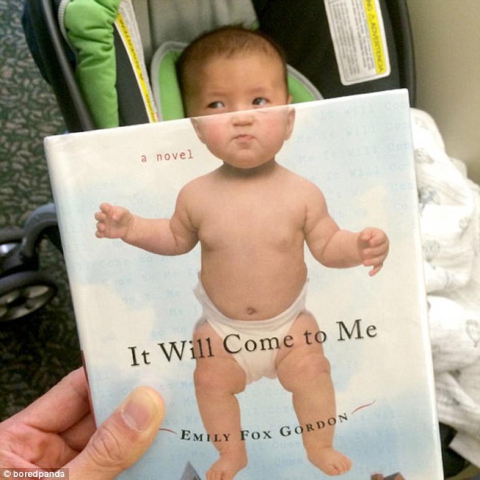 Un bebé completa la portada de una novela de Emily Fox Gordon (Foto: dailymail.co.uk)