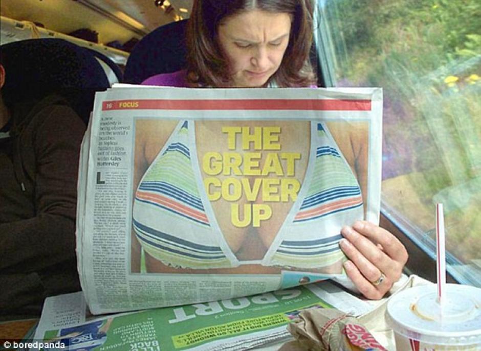 La mujer que lee el periódico parece ajena a lo que esta pasando. (Foto: dailymail.co.uk)