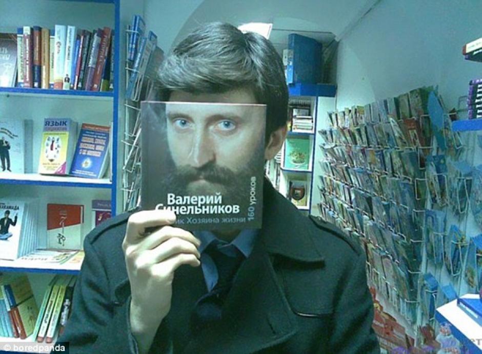 Un joven intenta ponerse un gran bigote, aunque sea solo una ilusión.(Foto: dailymail.co.uk)
