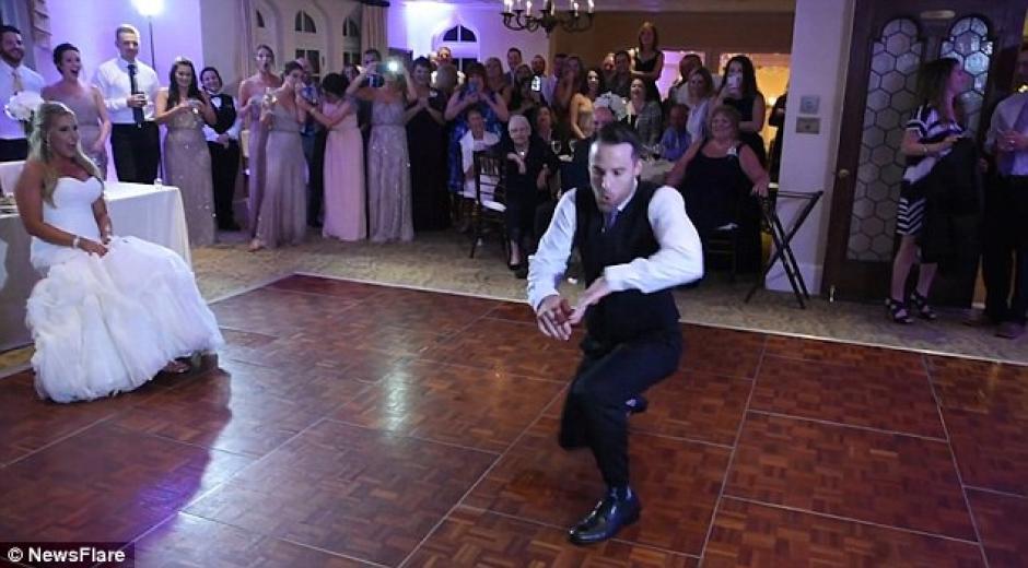 El baile del novio que sorprende a las redes sociales. (Foto: dailymail.co.uk)