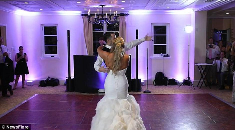 Al finalizar el baile la novia baila con su pareja. (Foto: dailymail.co.uk)