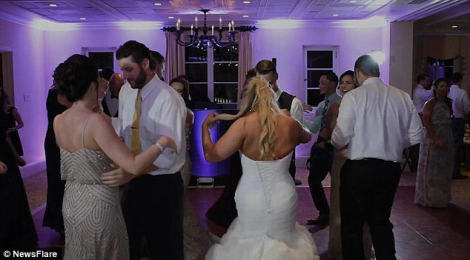 Todos los invitados se unen a la pista de baile. (Foto: dailymail.co.uk)