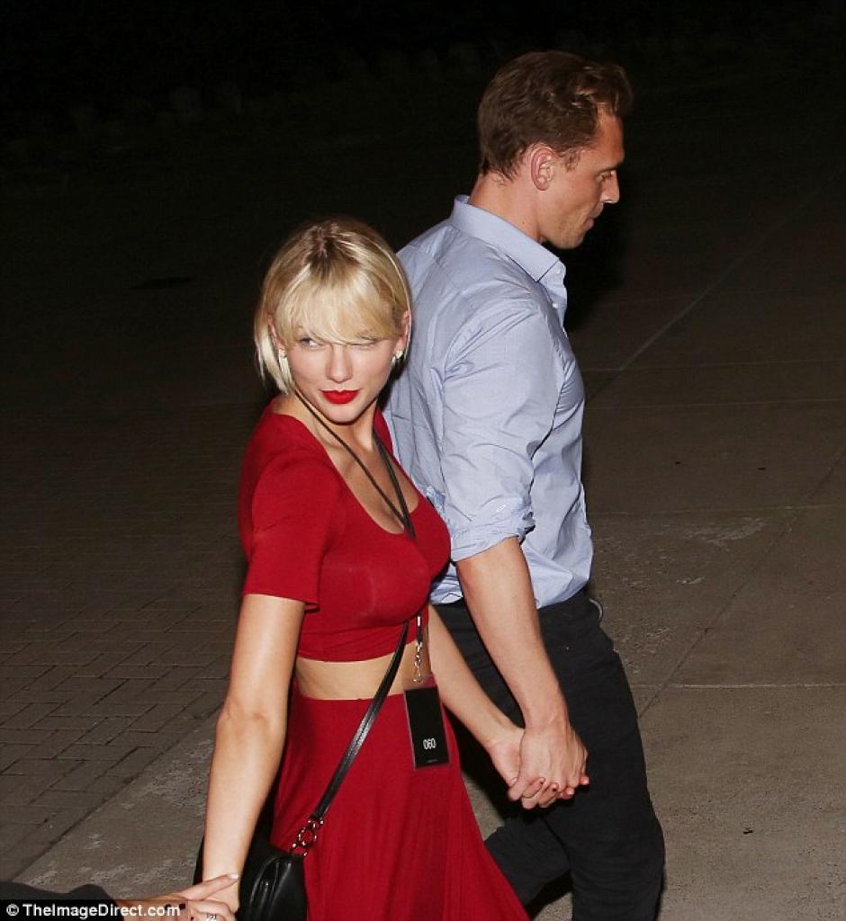 La pareja no tuvo problemas para caminar de la mano y que fueran sorprendidos por los fotógrafos. (Foto: Daily Mail)