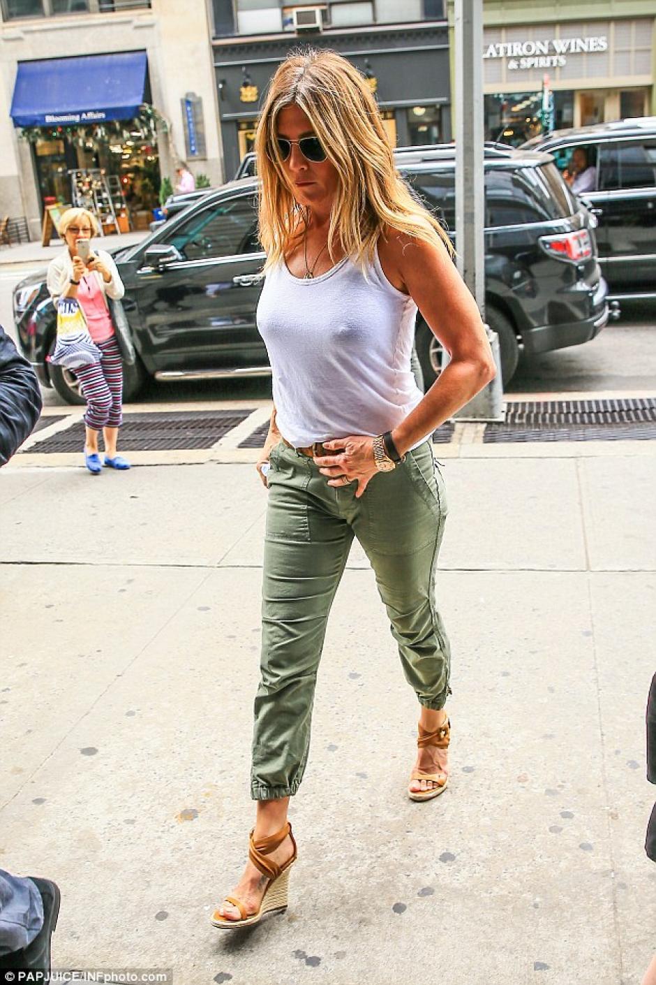 Según los paparazzi, la actriz no llevaba sostén y se notaba por la tela de la blusa que vestía. (Foto: Estilo DF)