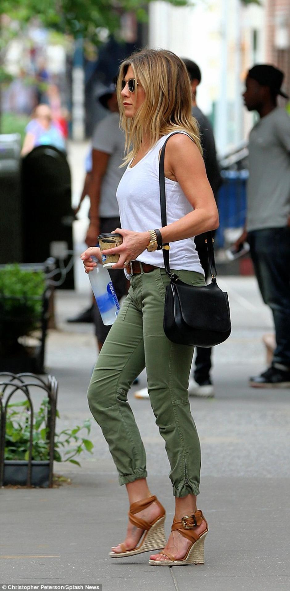 La hermosa actriz de 47 años fue acosada por los fotógrafos mientras andaba por la calle. (Foto: Estilo DF)