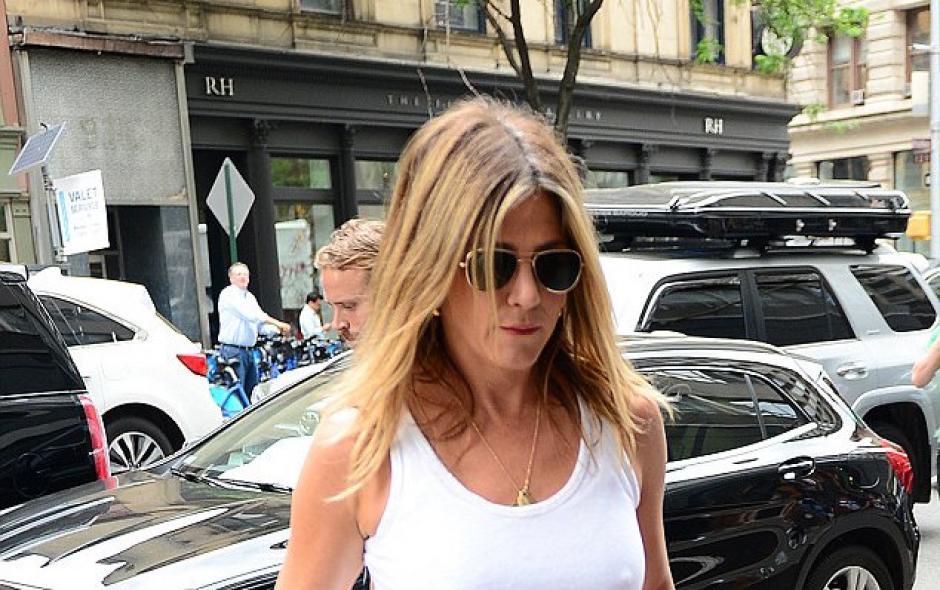 Jennifer Aniston salió a pasear por las calles de Nueva York y demostró que no tiene inhibiciones. (Foto: Estilo DF)