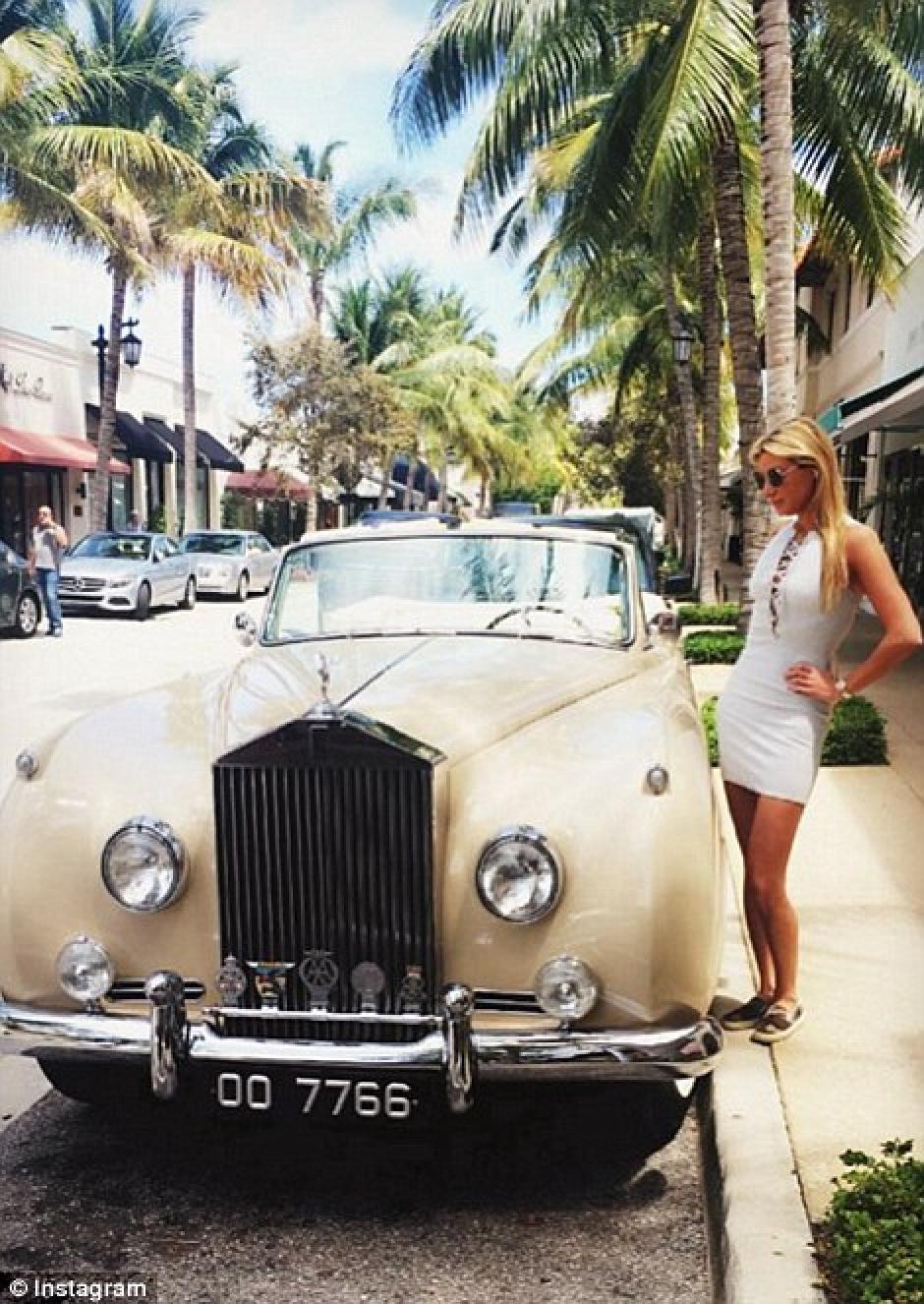 Presumiendo autos clásicos y muy costosos. (Foto: dailymail.co.uk)