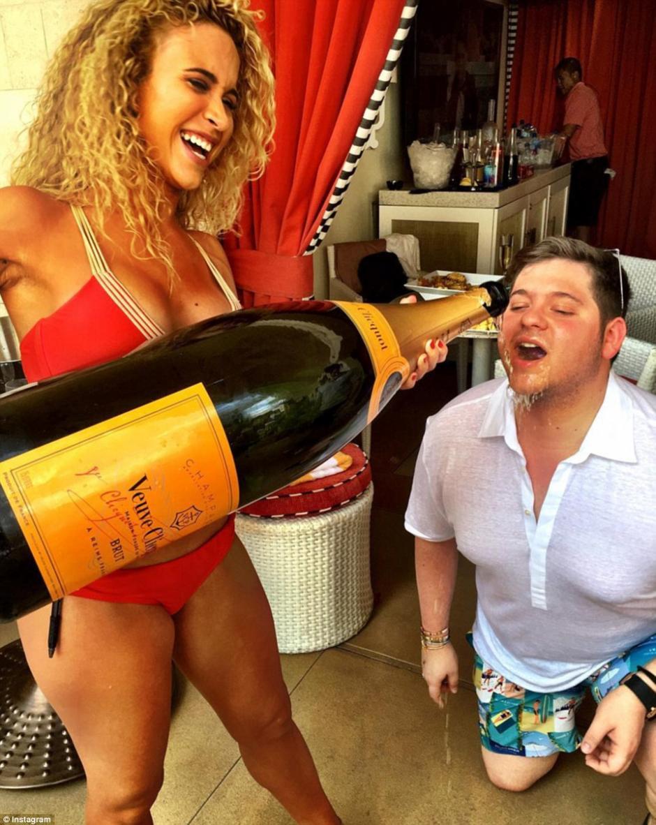 A este otro si le gusto mucho la champagne. (Foto: dailymail.co.uk)
