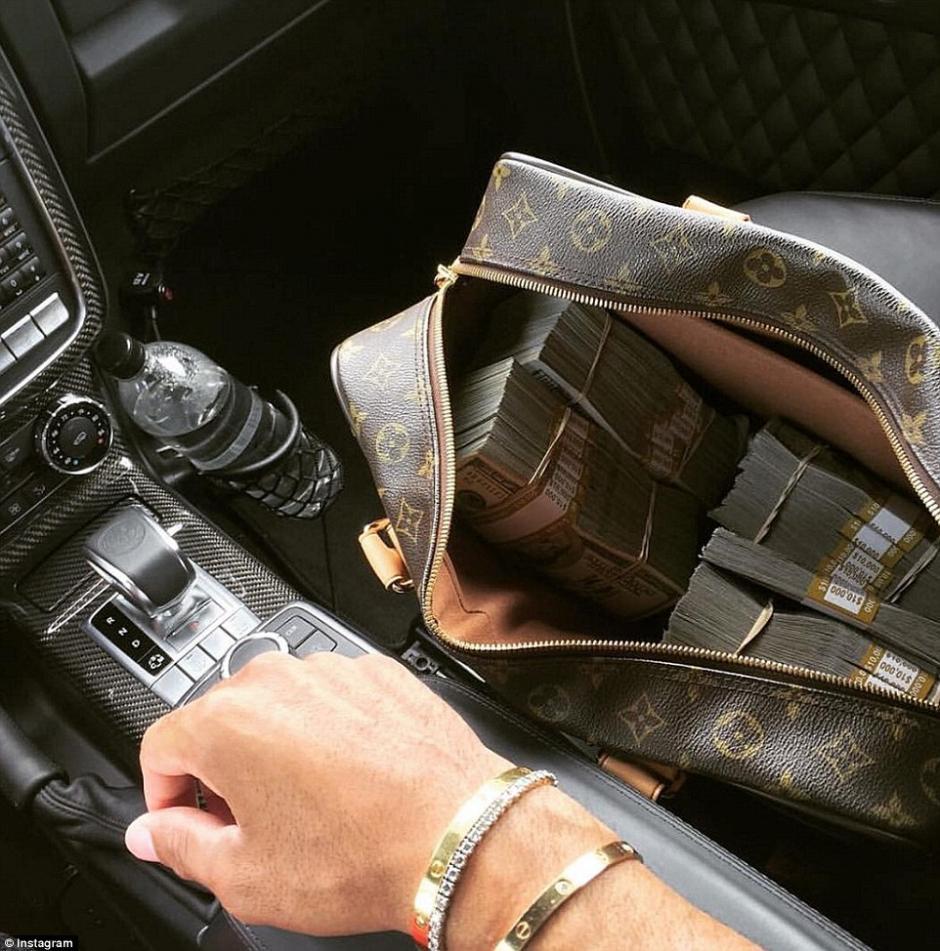 Dinero en efectivo, joyas y autos, forman parte del catálogo fotográfico de estos adolescentes. (Foto: dailymail.co.uk)