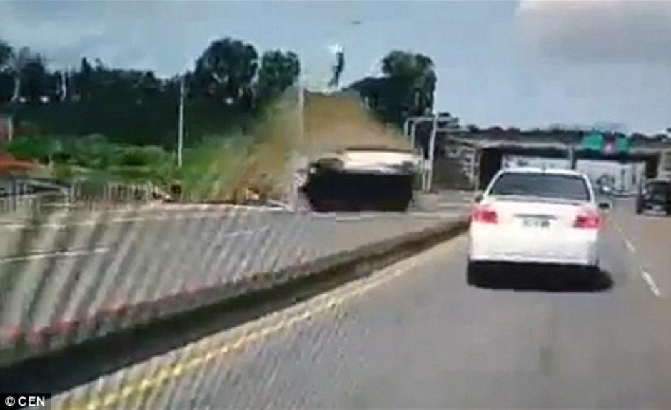 Un auto apareció de la nada y perdió el control en una carretera en Taiwán. (Foto: dailymail.co.uk)