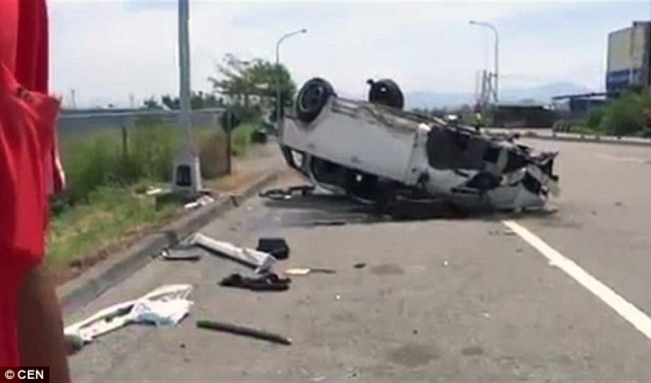 El automóvil dio seis vueltas en el aire y luego cayó al asfalto. (Foto: dailymail.co.uk)