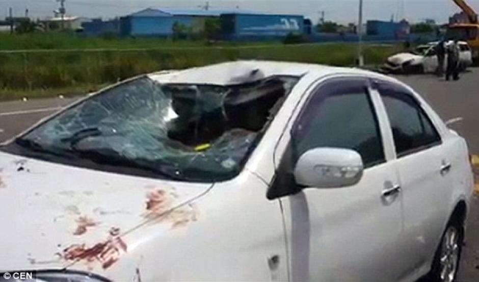La mala suerte de un conductor lo hizo quedar en el camino del auto sin control. (Foto: dailymail.co.uk)
