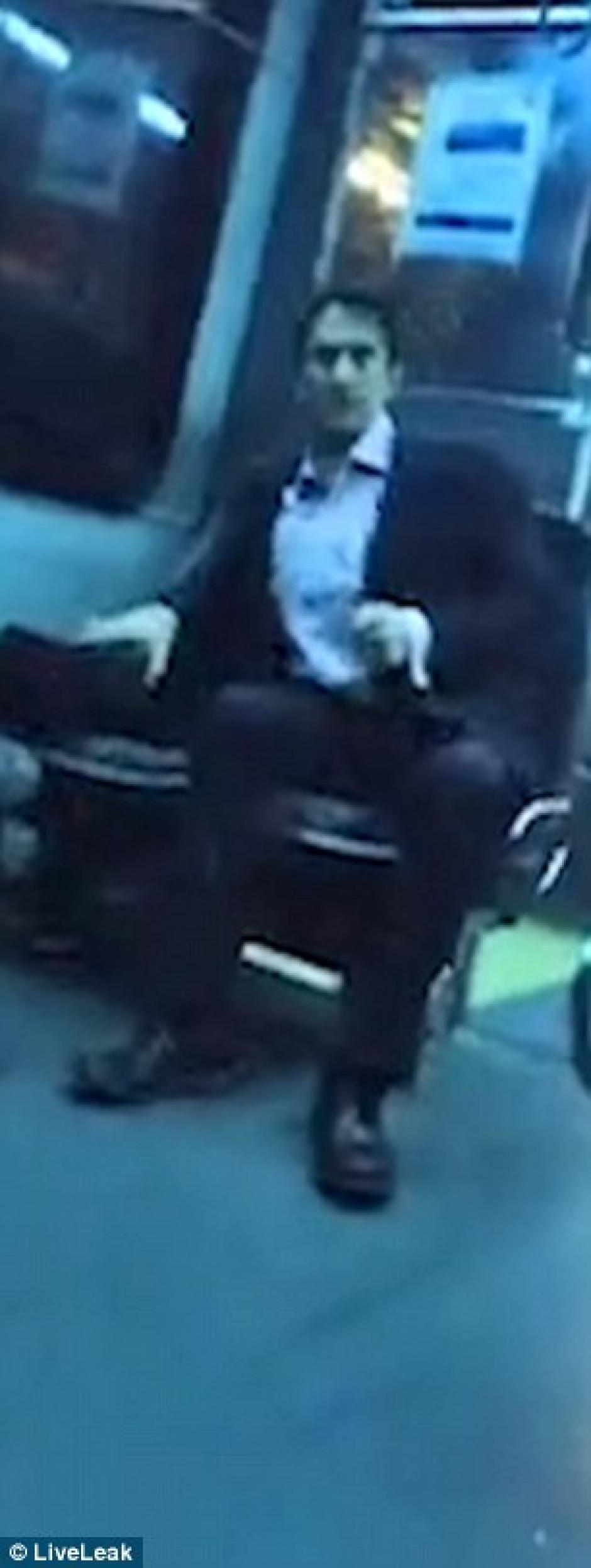 El hombre presumió de tener tres casas y un traje armani de más de Q20 mil. (Foto: dailymail.co.uk)