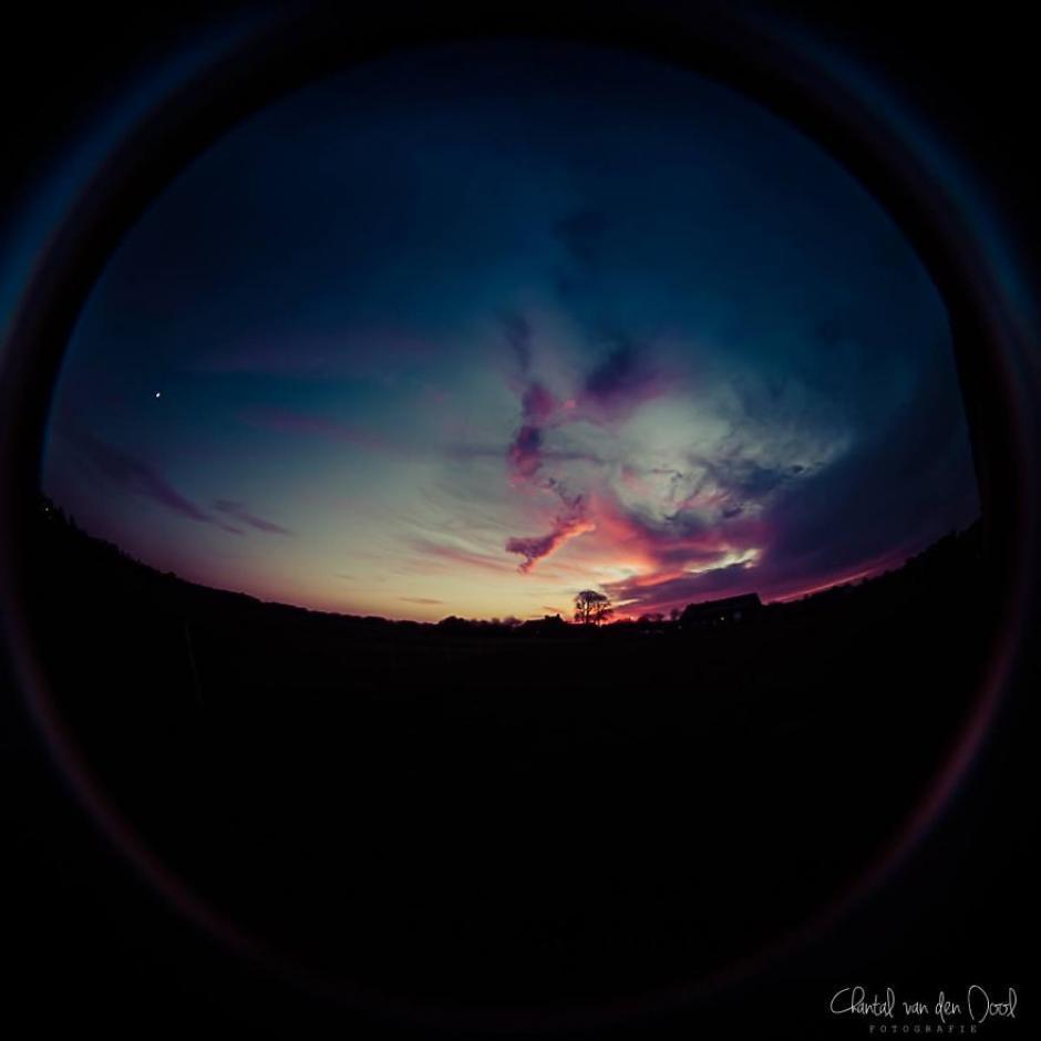 Un colorido atardecer es captado, parece que todo el cielo cabe en un lente. (Foto: Chantal van den Dool)