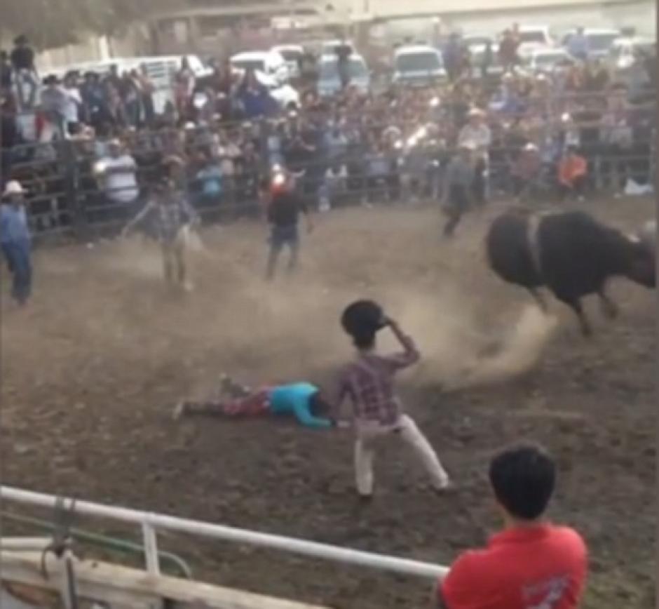 El hombre cayó inconsciente tras impactar su rostro contra el cráneo de un toro. (Imagen: Captura de pantalla)
