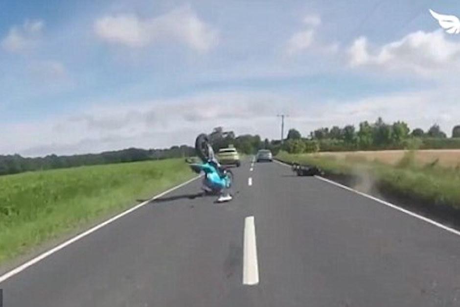 Pierde el control y queda rodando en el suelo. (Foto: Captura de Pantalla/Youtube)