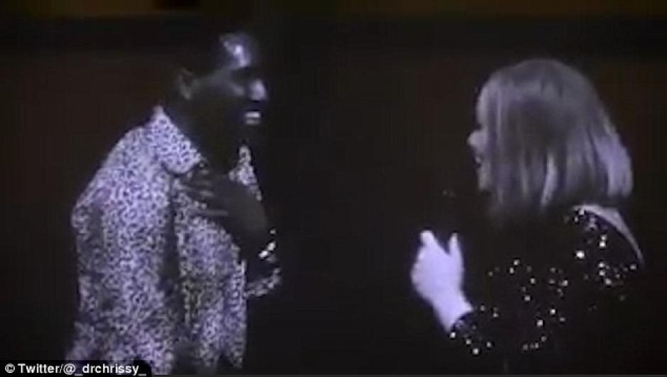 Adele se tomó con buen humor el incidente y se rió con el muchacho. (Foto: Daily Mail)