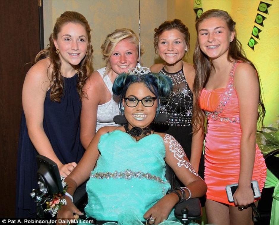 Jerika Bolen compartió con algunos amigos de la escuela primaria de Janet Berry en su noche de graduación en Wisconsin. (Foto: Dailymail)