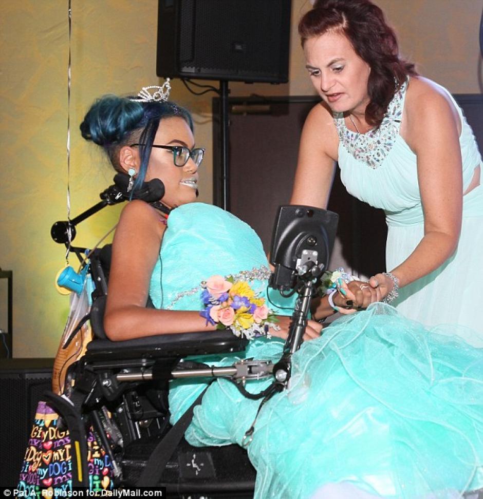 Jerika Bolen es acompañada en la pista de baile por su madre, Jen. (Foto: Dailymail)