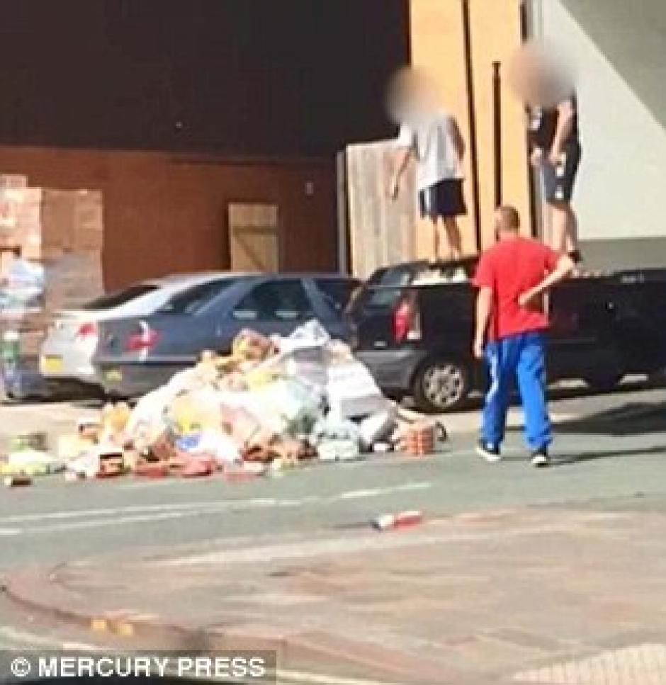 Un hombre se acercó a ayudar a recoger las cosas. (Imagen: Captura de pantalla)