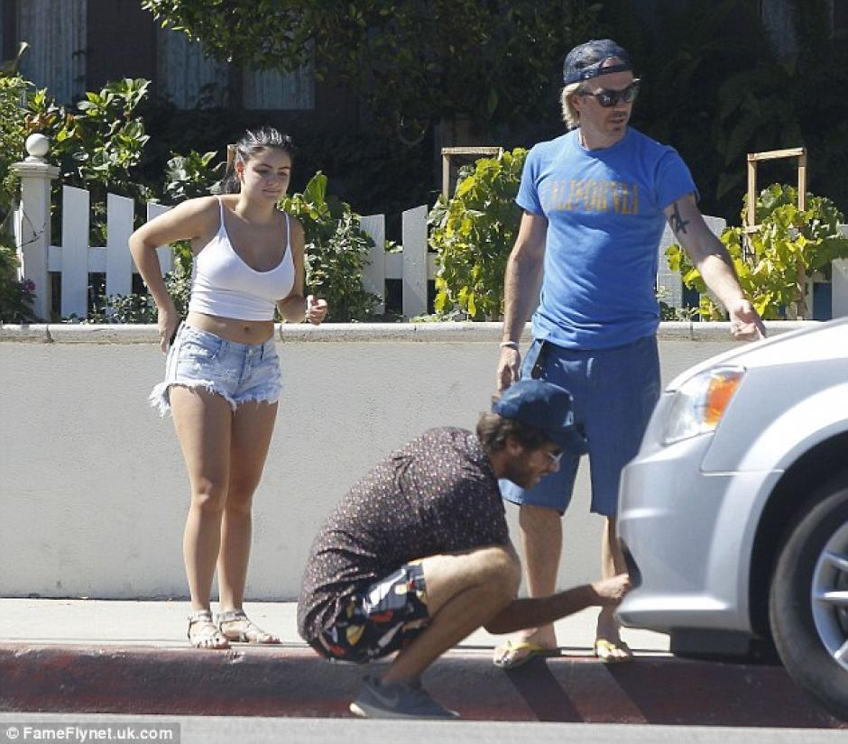 La chica recibió el apoyo de dos hombres que caminaban por el lugar para inspeccionar la situación. (Foto: Dailymail)