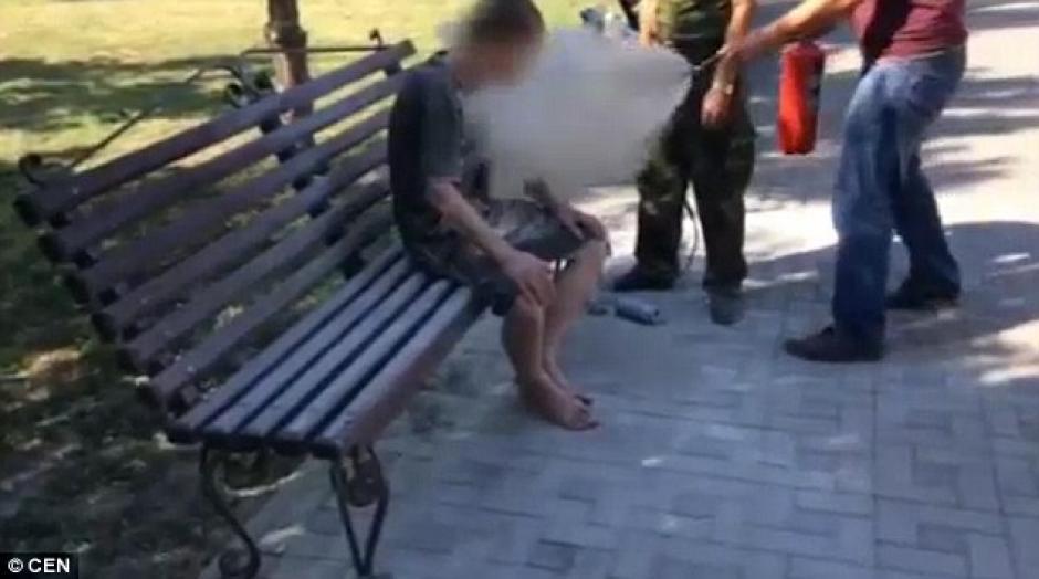 Los hombres lo despertaron al rociarle el contenido de un extintor. (Foto: dailymail.co.uk)