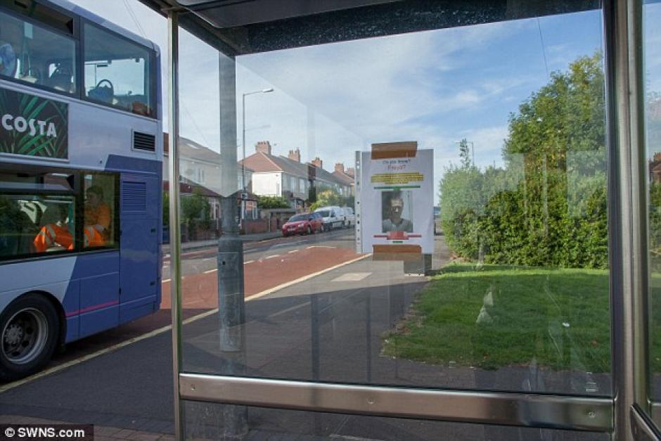 La hoja fue coloca en una parada de bus de Hampshire. (Foto: Daily Mail)