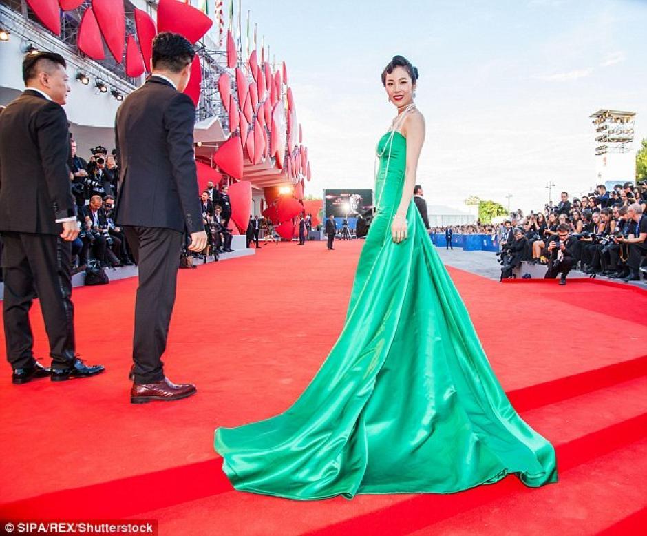 Así lucía la actriz con su vestido verde esmeralda. (Foto: Dailymail)