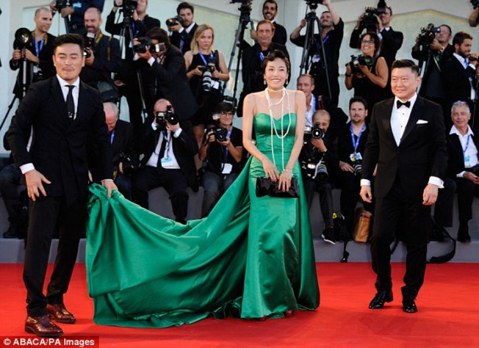 Con mucha timidez y avergonzada de la situación, Liang Ke sonríe a las cámaras antes de ingresar al evento. (Foto: Dailymail)