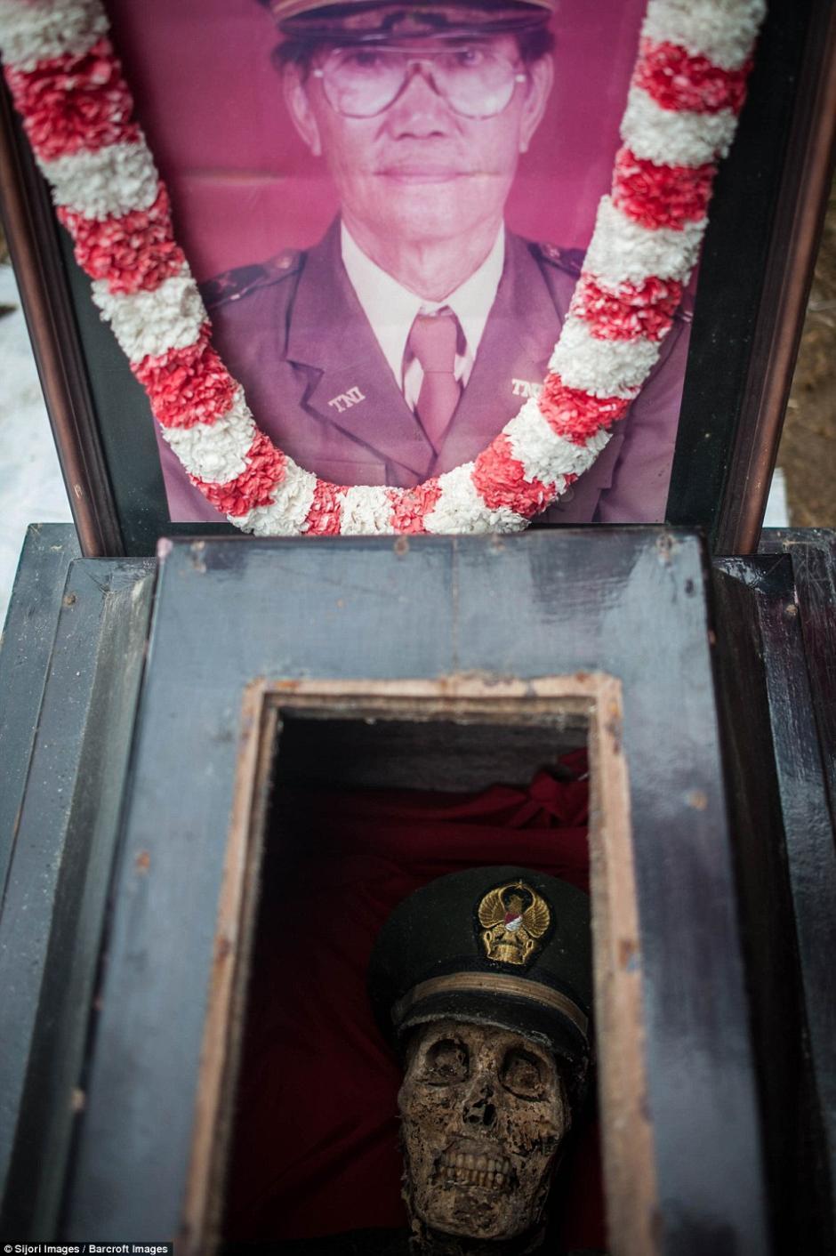 Los sacan de sus tumbas para limpiarlos y vestirlos. (Foto: dailymail.co.uk)