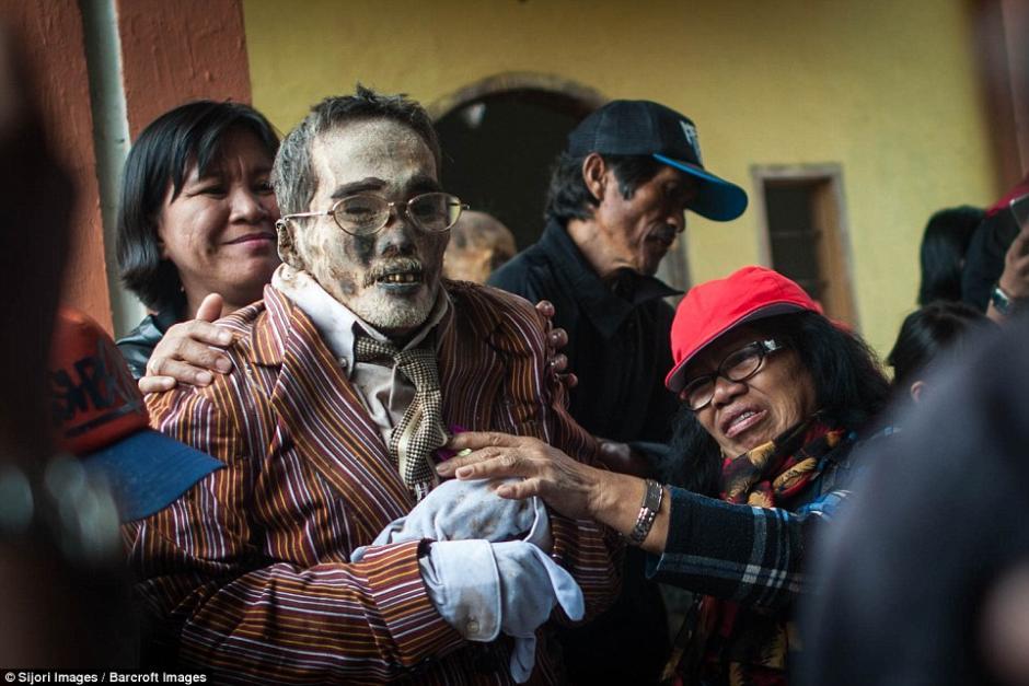 En una isla de Indonesia existe la tradición de desenterrar muertos cada tres años. (Foto: dailymail.co.uk)