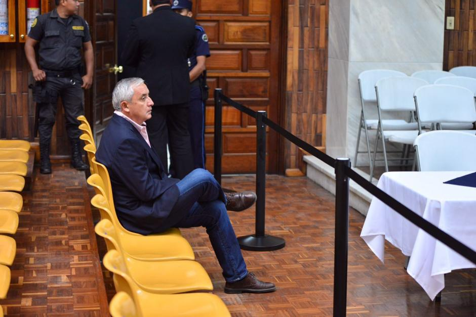 El expresidente Otto Pérez Molina se sentó solo en la Sala de Vistas de la CSJ. (Foto: Jesús Alfonso/Soy502)