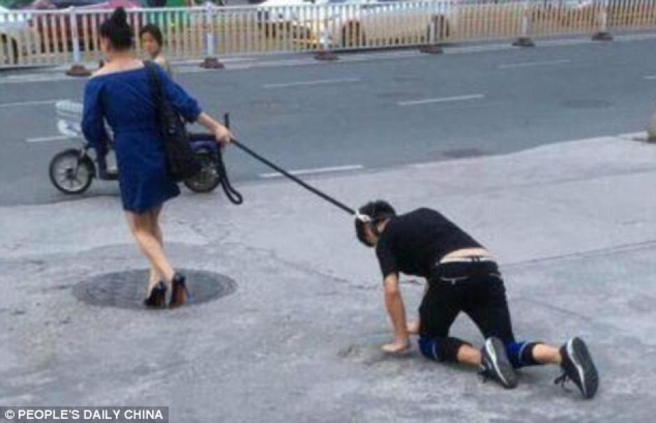 La mujer china paseó a un hombre como a un perro mientras este lloraba. (Foto: dailymail.co.uk)