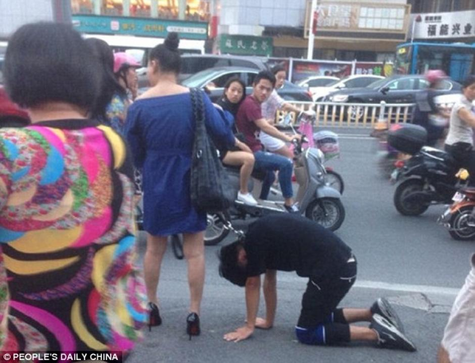 La gente se quedó perpleja ante la perturbadora escena. (Foto: dailymail.co.uk)