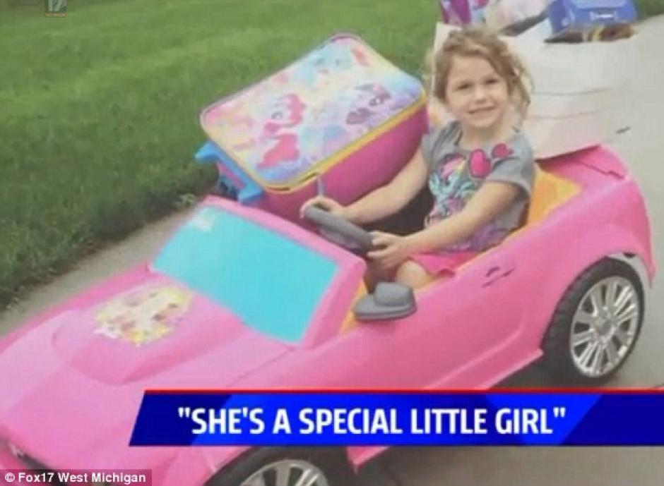 La pequeña fue captada conduciendo un auto de Barbie para entregar sus cosas. (Foto: dailymail.co.uk)